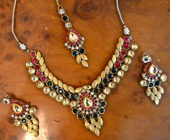 Necklace set in Kundan and pathi work along with maang Tikka