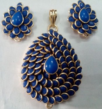 Blue pachi pendent with earrings