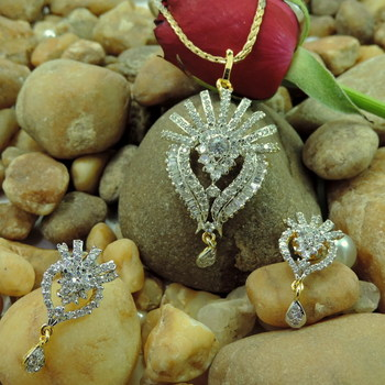 Grab this season   s most stunning pendants set